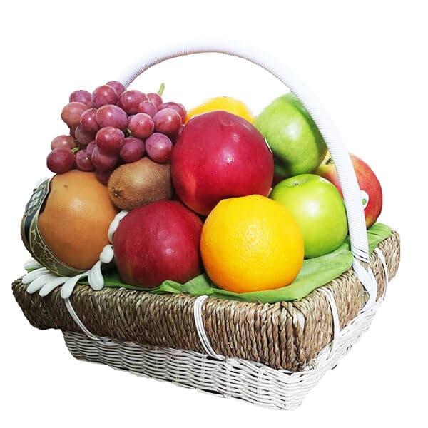 sự hòa quyện của nhiều màu sắc tạo nên giỏ trái cây sinh nhật hoàn mỹ