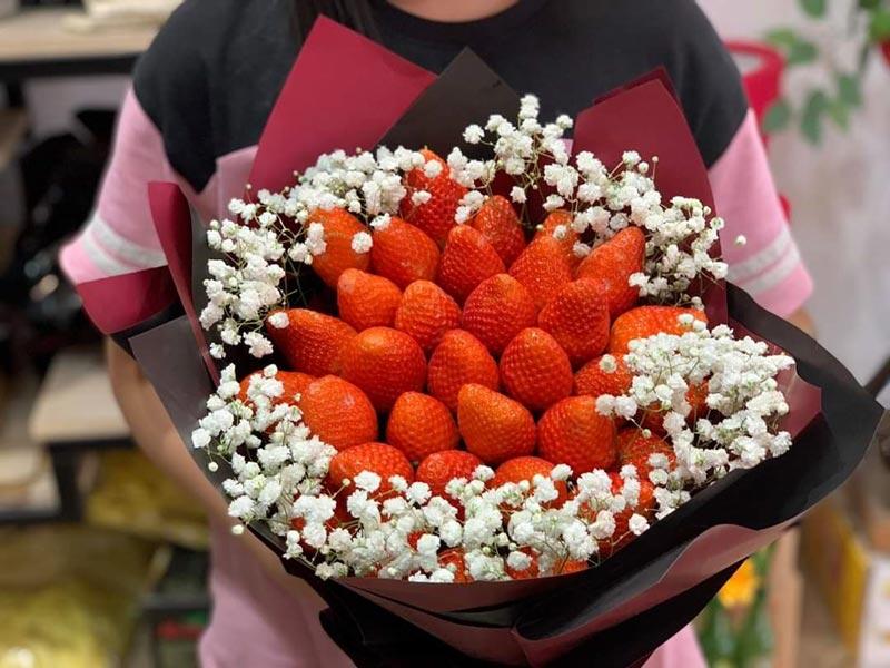 Bó hoa dâu tây được kết từ những quả dâu đẹp