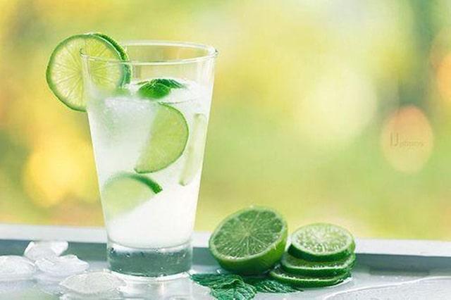 Nước chanh giàu vitamin C  giúp giải nhiệt ngày hè